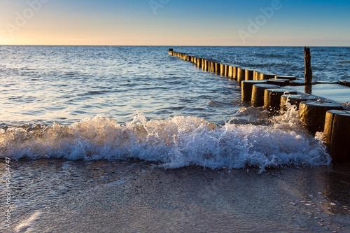 Wellen und Buhnen an der Ostsee