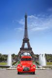 Fototapeta Wieża Eiffla - Voiture devant la Tour Eiffel Paris