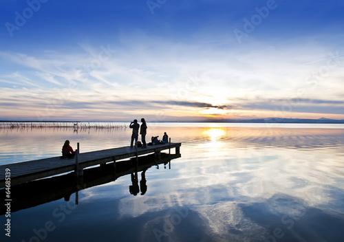 Foto auf AluDibond Pier turistas en el lago
