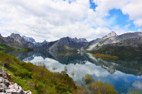 Poster Reflexion paisaje de los picos de europa, lago y montañas