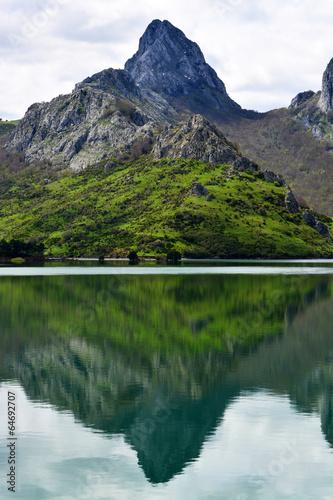In de dag Reflectie reflejo en el agua de las cumbres de los picos de europa