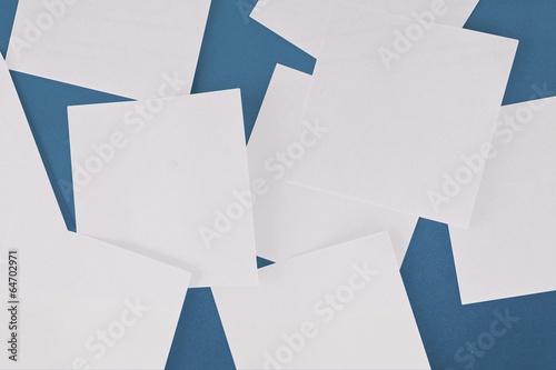 Poster Geometrische dieren White paper strewn over blue