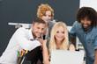 motiviertes team schaut auf laptop