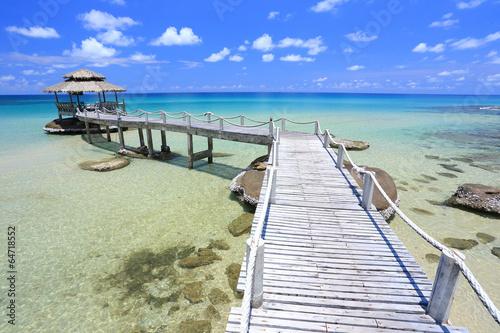 chata-w-tropikalnym-morzu