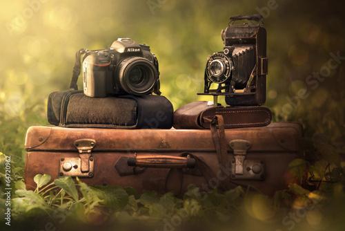 Papiers peints Retro fotocamera e valigia vintage e reflex