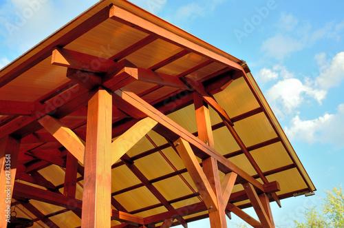 Fotografia  Low angle shot of a patio pergola on the background of  sky