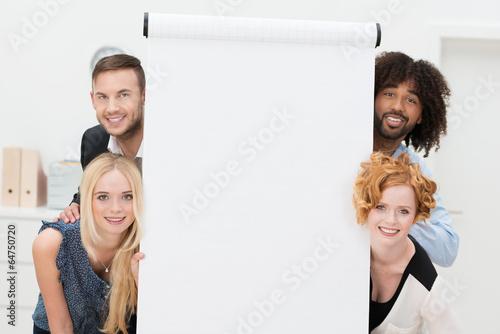 Recess Fitting Artist KB lachende junge leute neben dem weißen flipchart