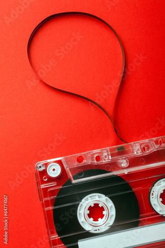 kaseta-na-czerwonym-tle
