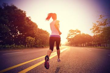 Sportaš trkač trči na cesti izlaska sunca