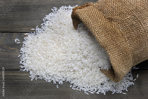 Foto Raw rice in canvas sack