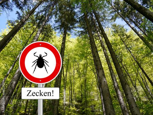 Zecken Schild im Wald