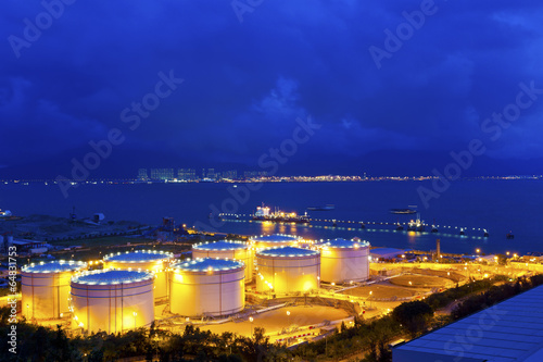 Photo  Big Industrial oil tanks in a refinery at night