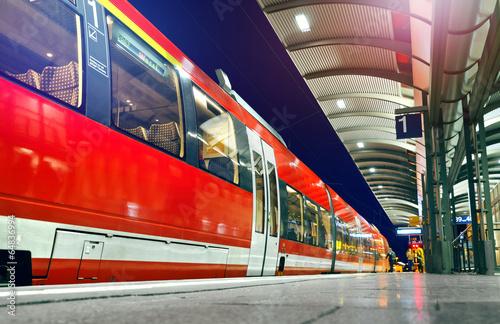 Foto op Aluminium Spoorlijn S-Bahn wartet am Bahnsteig - Zug Verspätung Abfahrt