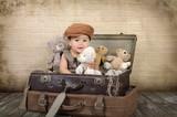 Dziecko w walizce z misiami