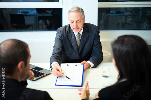Fotografía  Businessman showing a document