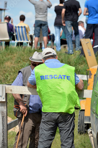 Photo personal de organizacion y rescate en circuito de carreras