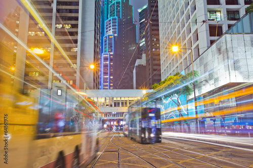 Photo  tram and bus on the road the night of Hong Kong