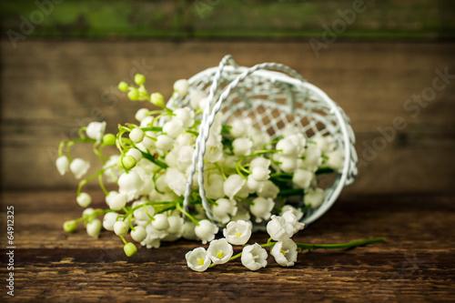 Staande foto Lelietje van dalen Lily of the valley in a decorative basket