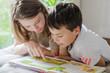canvas print picture - Zwei Kinder lesen