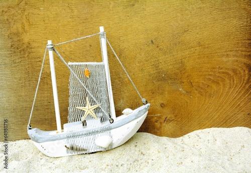 drewniany-statek-z-siecia-rybacka