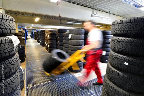 Fényképezés  Reifenlagerung in Werkstatt // Warehouse with tires