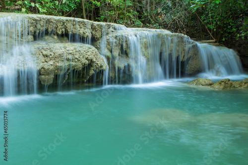 In de dag Groene koraal Waterfall in tropical forest