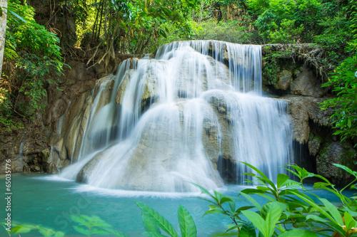 wodospad-w-tropikalnym-lesie