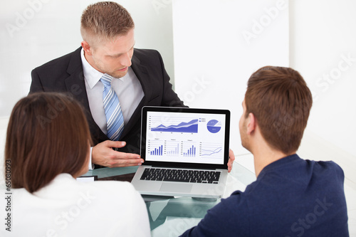 Fotografía  Advisor Explaining Investment Plan To Couple