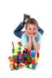 Kind zeigt seine Bauklötzer 2