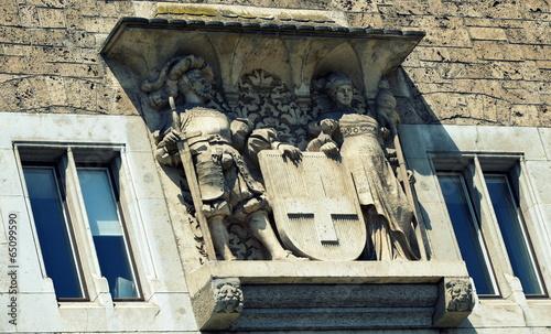 sculpture sur une vieille façade Wallpaper Mural