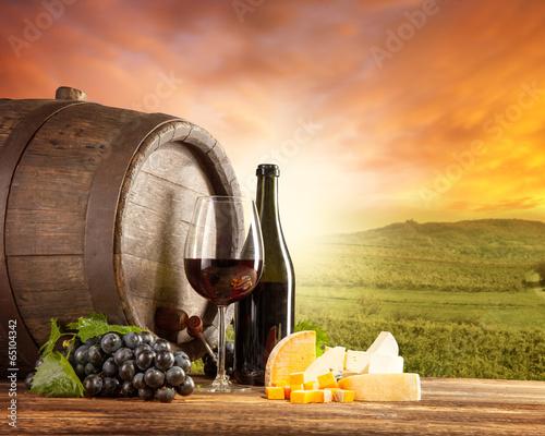 czerwone-wino-wciaz-zycie-z-winnica-na-backgorund