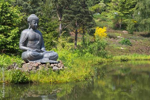 Tuinposter Boeddha Buddha Figur im Garten am Teich als Dekoration