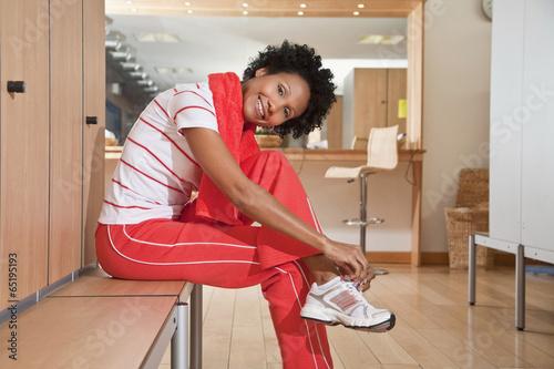 Fotografie, Obraz  Frau in der Umkleidekabine , lächelnd