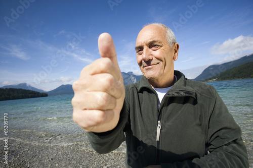 """Fotografie, Obraz  Deutschland,Bayern,Walchensee,älterer Mann,der """"Daumen hoch"""""""