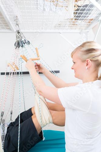 Fényképezés  Physiotherapeut behandelt Patient am Schlingentisch