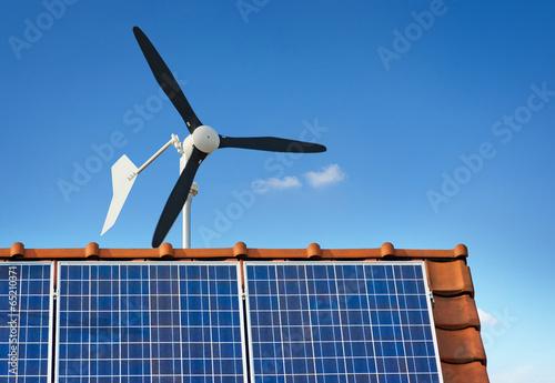 Fotografie, Obraz  Kleinwindkraftanlage Kleinwindanlage Photovoltaik auf Hausdach