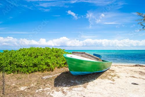 stara-lodz-rybacka-na-tropikalnej-plazy-przy-karaiby