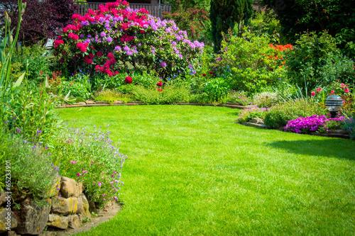 Foto auf Leinwand Garten Garten mit Rhododendren