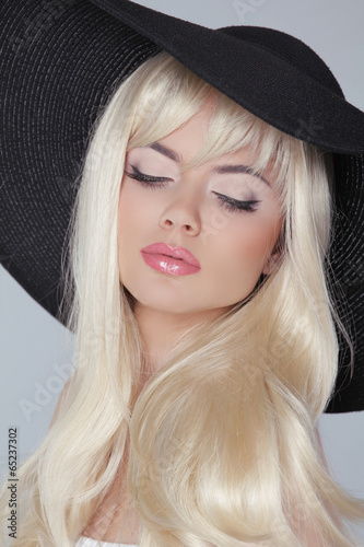 piekna-mloda-kobieta-jest-ubranym-w-kapeluszu-z-dlugim-blondynem-prett