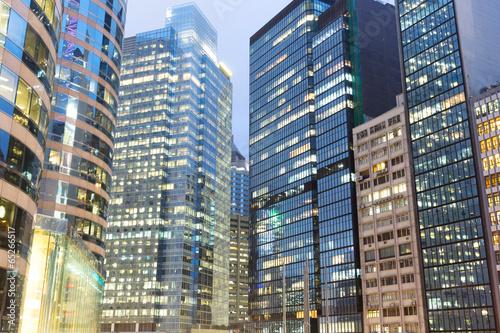 wysokie-budynki-biurowe-noca