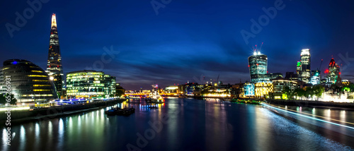 Poster London London skyline in deep twilight