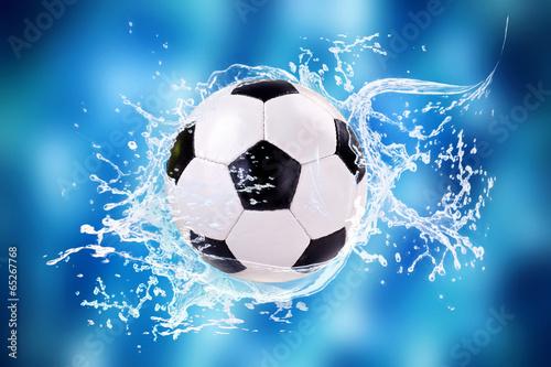 Fototapety, obrazy: Fußball mit Wassersplashes