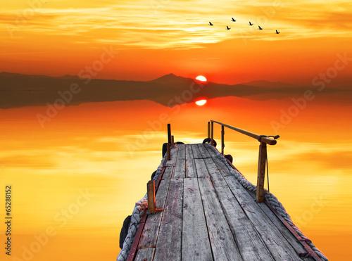 embarcadero apuntando al horizonte