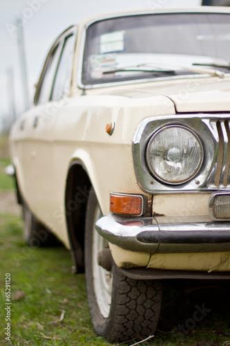 Poster Vintage voitures Old Volga car in the street