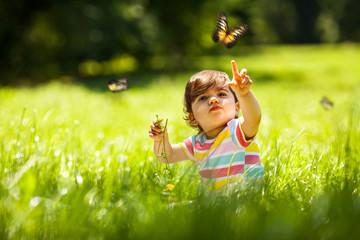 Fototapeta Do gabinetu lekarskiego/szpitala Baby girl playing with butterfly.
