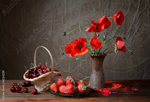 Fotografía  Poppy in a ceramic vase, cherries and strawberries