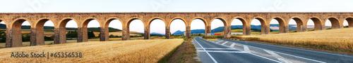 Fotografiet Panorama of  aqueduct near Pamplona