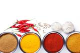Przyprawy, papryczka chili, pieprz i czosnek na białym tle