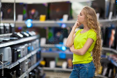 Fotografía  Девушка выбирает технику в магазине