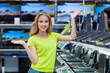Девушка в магазине техники
